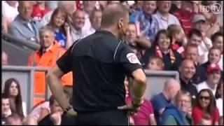 Jamie Carragher'ın haksız penaltı yüzünden gösterdiği tepki.