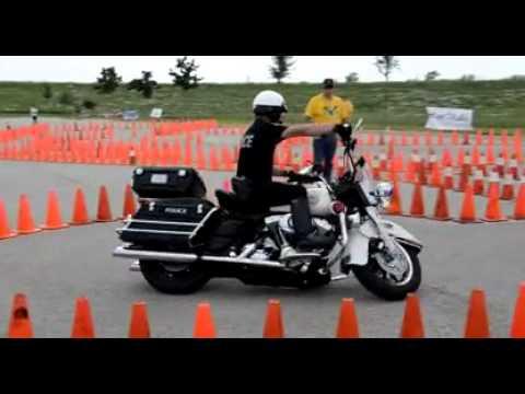 Kuka sanoi, että iso Harley-Davidson on kömpelö ajettava? Tämä kuski voisi kurvailla kahdeksikkoa vaikka olohuoneessa