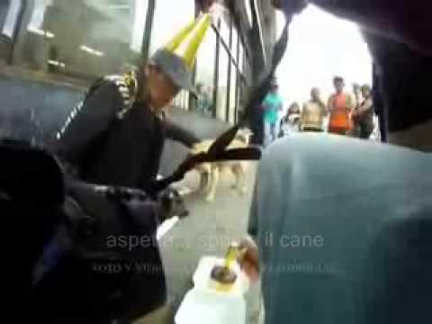 inimmaginabile gesto - guardate cosa fa quest' uomo ad una mendicante