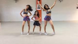 Aprenda a coreografia de Toda Novinha do Mc Andrewzinho e dance com a gente! Gostou? Curta, deixe seu comentário e inscreva-se no canal!Facebook Oficial: https://www.facebook.com/OficialYoutubegemeascom/Instagram Oficial: https://www.instagram.com/gemeas_com/LETRA:Se liga na fitaNo papo que eu te mandoAs novinhas de hoje em diaTão representandoElas ficam loucaFicam fascinadaQuer beija na bocaRebola e não paraVirou comentárioAssunto no WhatsappQue essas novinhas senta firme de verdadeTá suavidadeSei que tu tá gostandoSubindoDescendoQuicandoToda novinhaHoje quer sentar, sentarHoje quer sentarHoje quer sentar