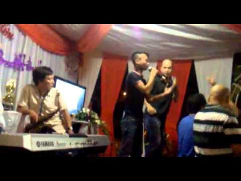 Chàng trai hát rong Lê Văn Hiệp hát Em của Ngày Hôm Qua tại đám cưới