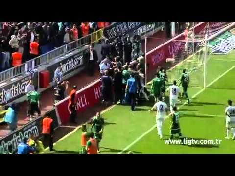 Thủ môn đánh đập dã man fan đột nhập sân