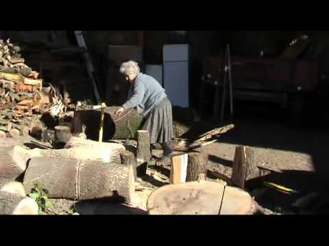 una nonna forzuta spacca la legna con un'ascia!