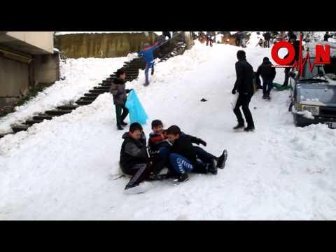 Kar'ın Keyfini Çıkartan Gençler
