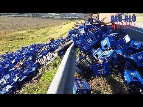 Carga de cervejas derramam após carreta tombar na Fernão Dias, em Campanha