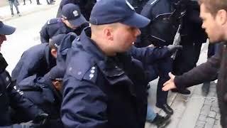 TAK POLICJA POTRAKTOWAŁA STARSZEGO WARSZAWIAKA KTÓRY PRZYSZEDŁ PRZECIWSTAWIĆ SIĘ MARSZOWI NEOFASZYSTÓW