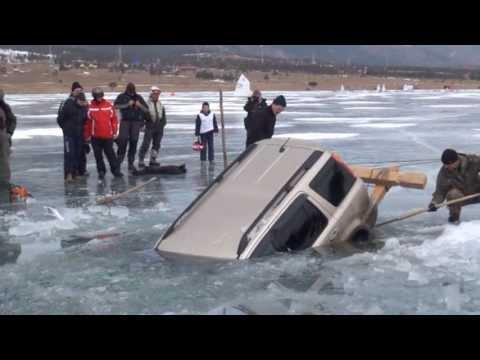 Как се вади Honda CR-V от замръзнало езеро с дървени греди и въже