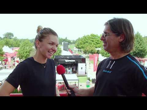 Jean-René Dufort frappe encore. Pour impressionner l'une de ses joueuses préférées, il a préparé des questions en roumain. Ça promet!