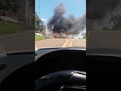 Bandidos ateiam fogo na viatura de policia em Miraguai apos assalto a banco