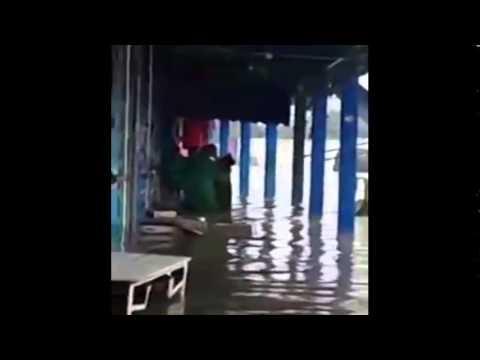 بالفيديو: فيضان آسفي يتحول إلى مسبح للشباب