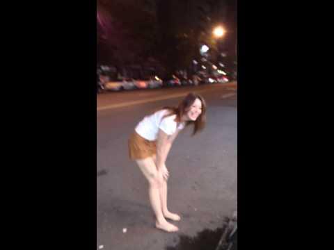 這位短褲正妹突然在夜市表演「翻跟斗」讓大家超錯愕,她不小心露出的東西每一個路人都看到了!
