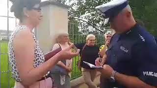 Zobaczcie, jak policjant bez podania powodu zmusza kobietę do wylegitymowania się.