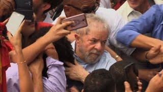 O ex-presidente Luiz Inácio Lula da Silva aproveitou nesta sexta-feira que a Justiça o impediu de receber um título honoris causa, por considerar que tinha intenções políticas, para agitar sua candidatura a 2018 durante uma viagem ao nordeste do país, seu principal reduto eleitoral.