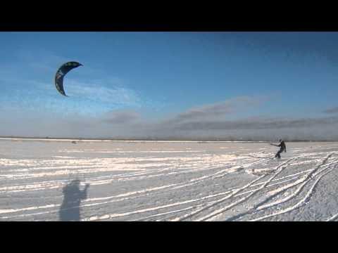 Кайтинг по полю с рыхлым снегом и травой