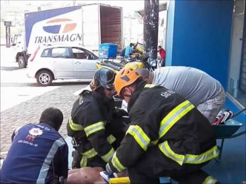 Fusca derruba poste e deixa cinco feridos