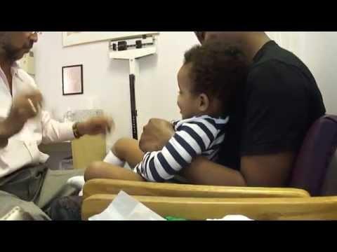 這個兒童醫生太強大了,看診的小朋友被唬得一愣一愣的!尤其是那一招,超厲害!