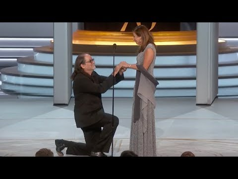 Glen Weiss Proposes To His Girlfriend After Winning The Emmy For Producing The Oscars (видео)