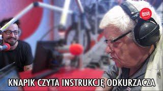 Tomasz Knapik czyta instrukcję odkurzacza