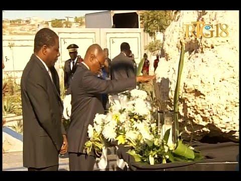 Le Président provisoire, Jocelerme Privert dépose une gerbe de fleurs en mémoire des victimes.
