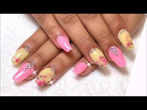 Uñas decoradas - Uñas acrílicas en amarillo y rosa decoradas con decales de agua y cristales