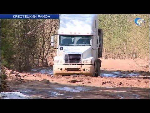 Жители поселка Крестцы жалуются на состояние дорог, разбитых грузовиками при строительстве трассы М-11