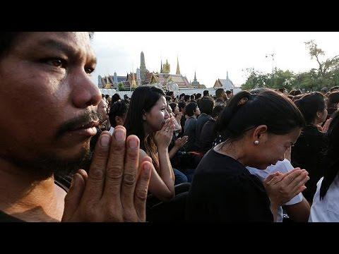 Thailand: Zehntausende knien für verstorbenen König B ...