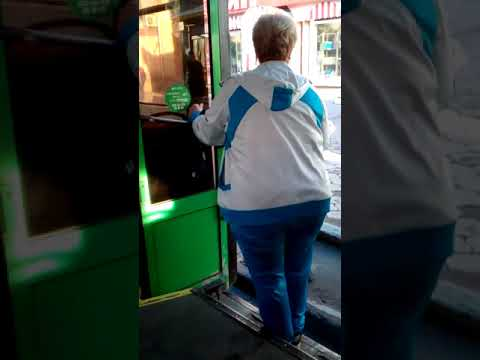 «Я сниму-сниму это все!» кондуктор выгнала из троллейбуса пассажирку, не найдя сдачи со 100 рублей