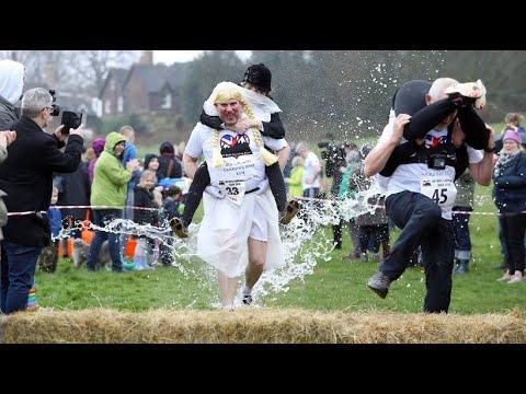 Dorking (England): Wettrennen im Frauen-Tragen