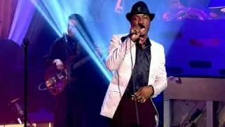 Aloe Blacc - I Need A Dollar (On The Graham Norton Show) (Live) lyrics (Portuguese translation). | I need a dollar dollar, a dollar is what I need, hey hey, Well I need a dollar dollar, a dollar is...