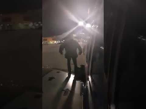 العرب اليوم - مسافر ملّ من الانتظار داخل طائرة فخرج من الجناح