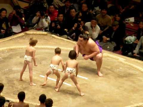 超溫柔相撲比賽,小屁孩力拼大怪獸選手!