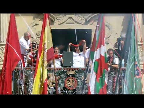 Η ισπανική και η βασκική σημαία στην Παμπλόνα