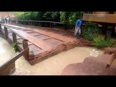 Enchente levando ponte embora pelo rio
