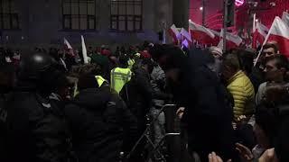 Ludzie muszą skakać przez barierki, by opuścić marsz.