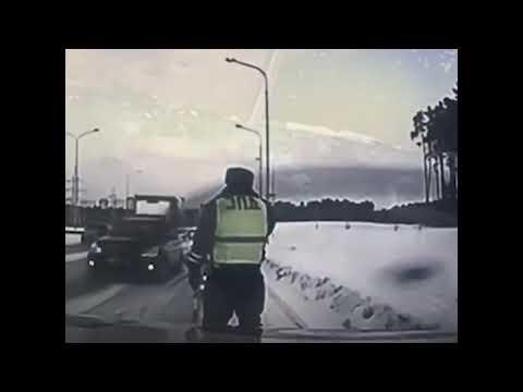 Водитель грузовика виноват? Полицейский чудом увернулся от грузовика на дороге в Екатеринбурге
