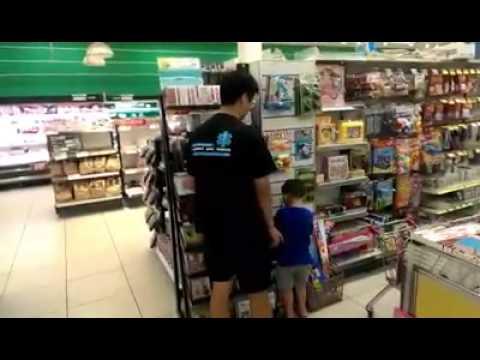 爸爸要買愛的小手,男童嚇到狂跳針:「很貴不要買」