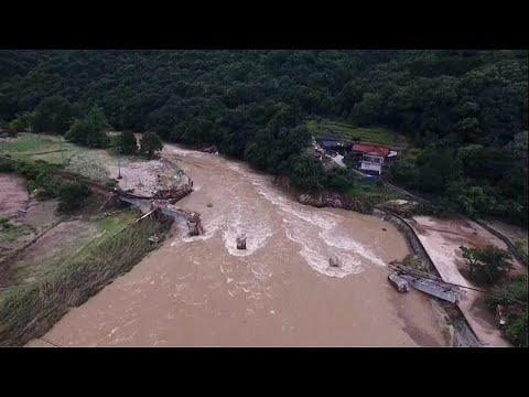 Ιαπωνία: Θεαματική διάσωση παιδιού από πλημμυρισμένο σπίτι…