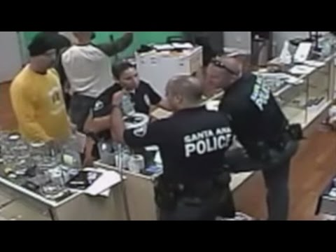 警察查封大麻商店,結果他們忘記拆下的監視器居然拍下他們自己也在吃大麻商品!