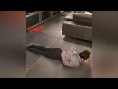 Dziewczyna pokazuje jak szybko wstać z leżenia przodem mając ręce trzymane z tyłu ;)