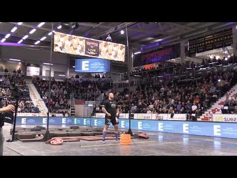 「世界最強壯男子」扛起15公斤重的酒桶,往高空一扔…瞬間就創造出世界紀錄!