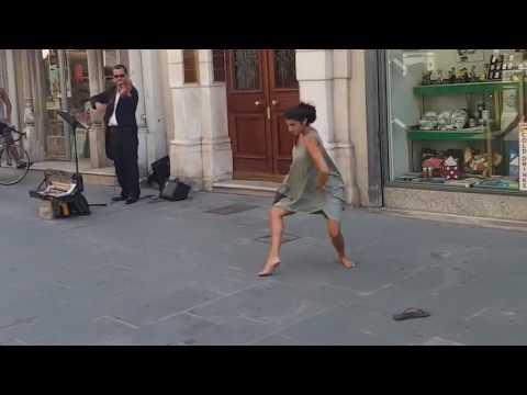 Балерина станцевала на улице. Красиво.