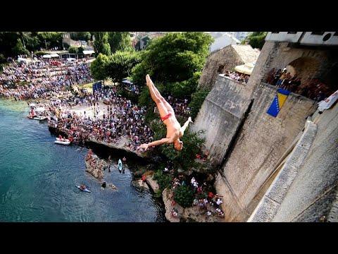 Εντυπωσιακές βουτιές από την Παλιά Γέφυρα του Μόσταρ