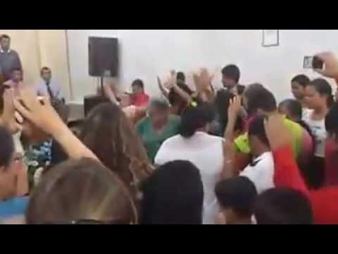 Cantora Wildania Cabral Louvando ao Senhor em Arame