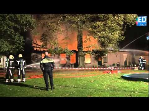 Uitslaande brand verwoest woonboerderij aan Hazeldonkseweg in Liessel