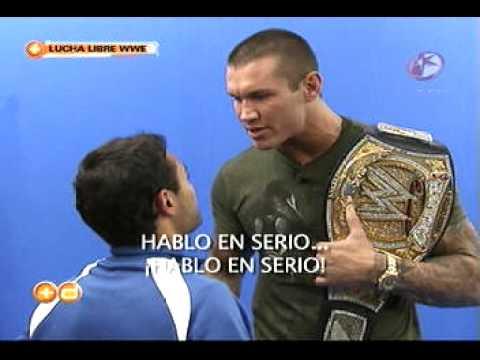 Randy orton ataca a un reportero de televisa