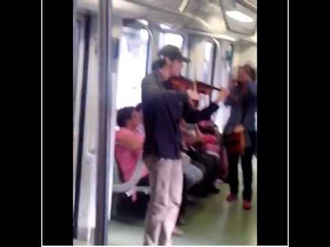 Violinista fue sacado a golpes del metro de Medellín por varios policías