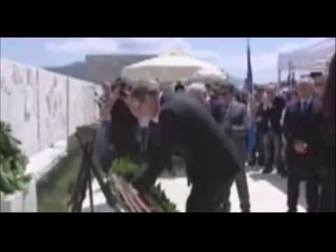 Ο Μανώλης Γλέζος και ο Γερμανός πρέσβης που καταθέτει στεφάνι στο Δίστομο