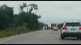 video-impressionante-mostra-carreta-jogando-caminhao-fora-de-rodovia-em-mt
