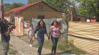 Francisca y su madre pasearon por las calles de su pueblo, Azua