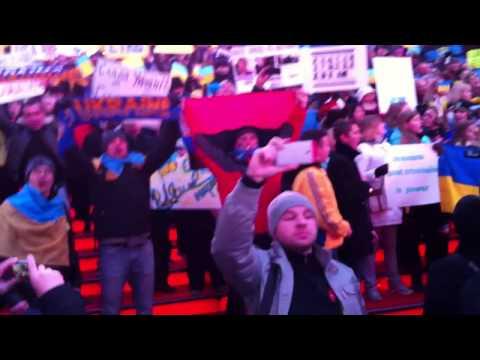 Українці співають гімн України на Times Square New York #euromaidan